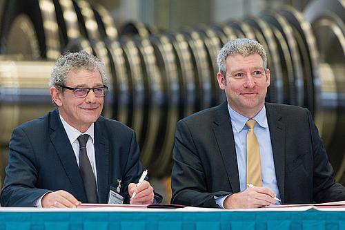 Prof. Dr. Friedrich Albrecht (Rektor HSZG) und Ronald Schmidt (Leiter des Siemens-Geschäftes Industriedampfturbinen) unterzeichnen eine Absichtserklärung