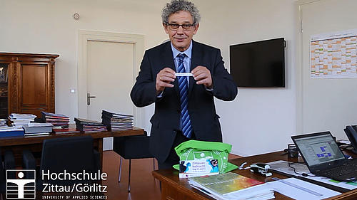 Der Rektor der Hochschule Zittau/Görlitz, Prof. Friedrich Albrecht, bei der Auslosung der GewinnerInnen
