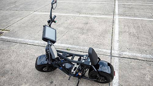 Wasserstoff-Scooter stehend