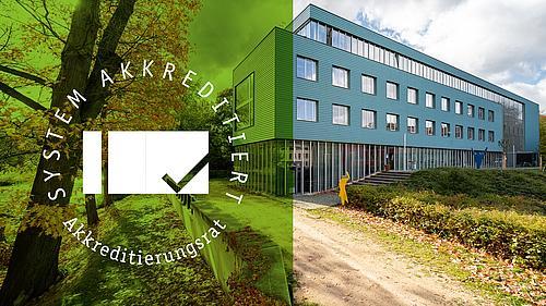 Im Hintergrund ist der Standort Görlitz der Hochschule zu sehen und im Vordergrund das Logo der Systemakkredierung