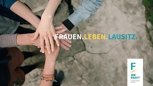 Fünf Frauenhände liegen übereinander