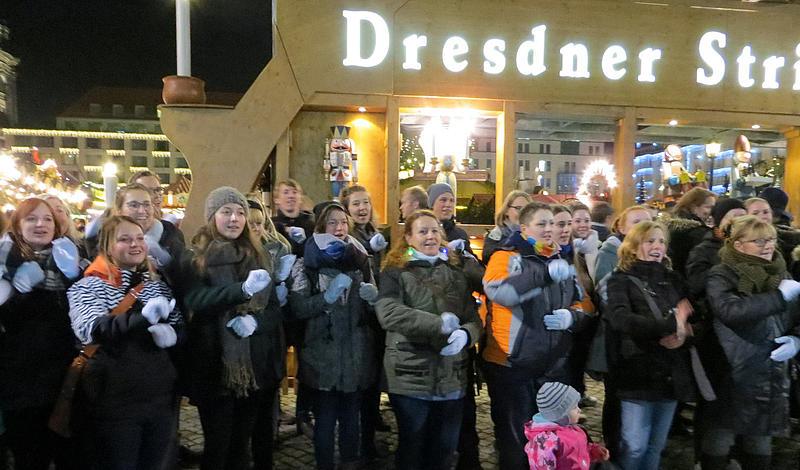 """Mit einem """"Sign Mob"""" auf dem Dresdner Striezelmarkt sorgten Gebärdensprachkurs-Teilnehmer für weihnachtliche Stimmung"""