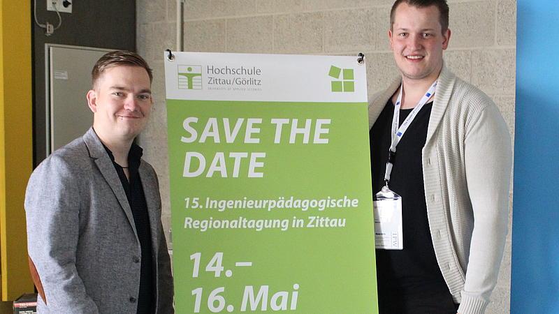 Thomas Müller und Kevin Mühlan mit dem Save the Date Banner für die 15. Ingenieurpädagogische Regionaltagung vom 14.–16. Mai 2020 an unserer Hochschule in Zittau