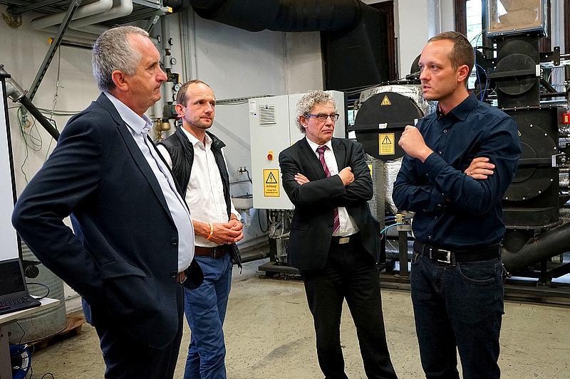 Thomas Schmidt, in Begleitung weiterer Landespolitiker, verschaffte sich einen Überblick zu Forschungsaktivitäten im Bereich der energetischen Biomassenutzung und der Wärmespeicherung.