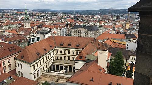 Ein Blick auf Brno hoch über den Dächern der Stadt