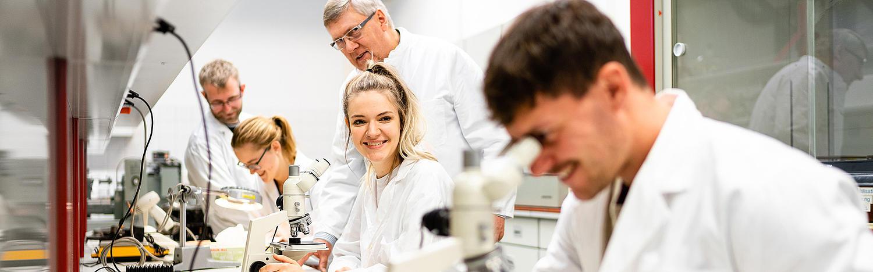 Diplom-Studium Maschinenbau - Studierende und Lehrkräfte im Labor