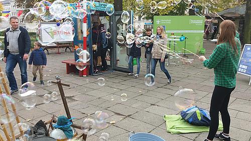 Seifenblasenkünstler sorgten bei der Eröffnung der Bücherboxx für eine schillernde Atmosphäre