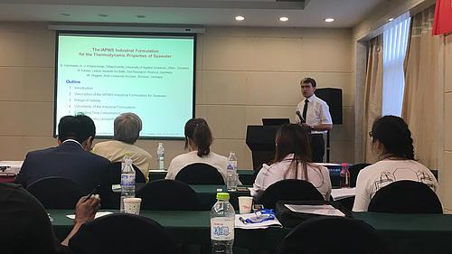 Dr. Herrmann, Hochschule Zittau/Görlitz, stellte auf der 3. Internationalen Konferenz zu Wasser und Umwelt in Qingdao, China, den neuen Industrie-Standard für die Berechnung der thermodynamischen Eigenschaften von Meerwasser vor