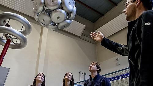 Hochspannungslabor in Zittau; Professor erklärt Studenten ein Modell