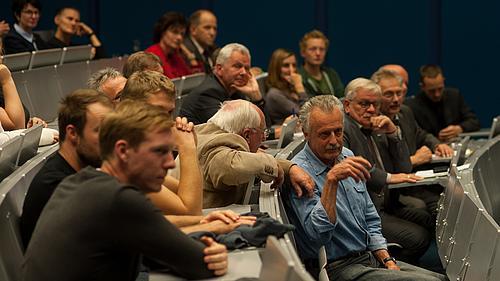 Die Teilnehmer diskutieren leidenschaftlich.