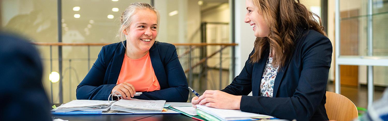 Diplom-Studium Wohnungs- und Immobilienwirtschaft in Zittau - Studentinnen sitzen am Tisch