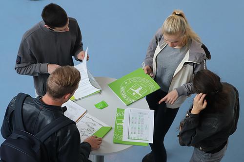 Alles, was es für die Come-In-Wochen braucht - Campuspläne, Stundenplan und Matheübungsaufgaben - ist in den Mappen