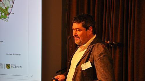 Prof. Dr. T. Schönmuth hält einen Vortrag