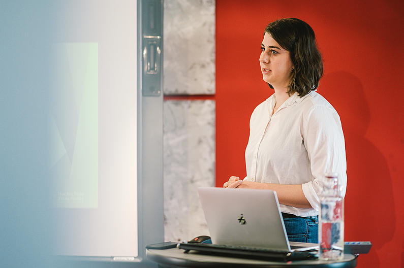 Referentin Sophie Herwig erklärt den Teilnehmern, wie sie Instagram für ihre Vereine nutzen können