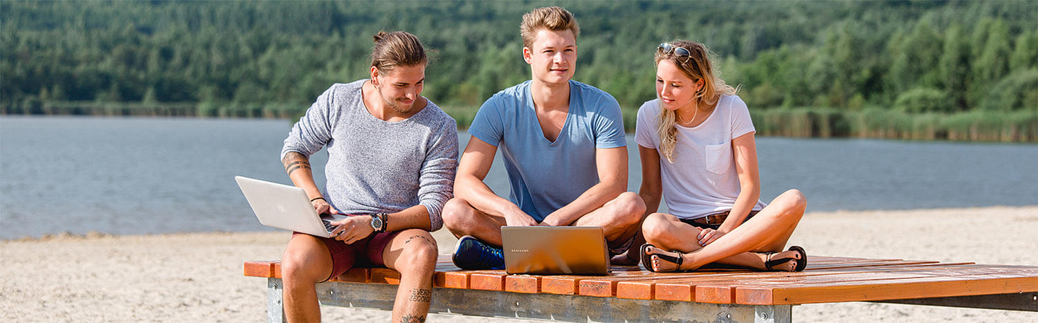 Bachelor Tourismusmanagement: Studierende arbeiten outside am Laptop