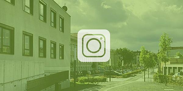 Vordergrund: Icon für Instagram; Hintergrund: Hochschulcampus mit grünen Overlay