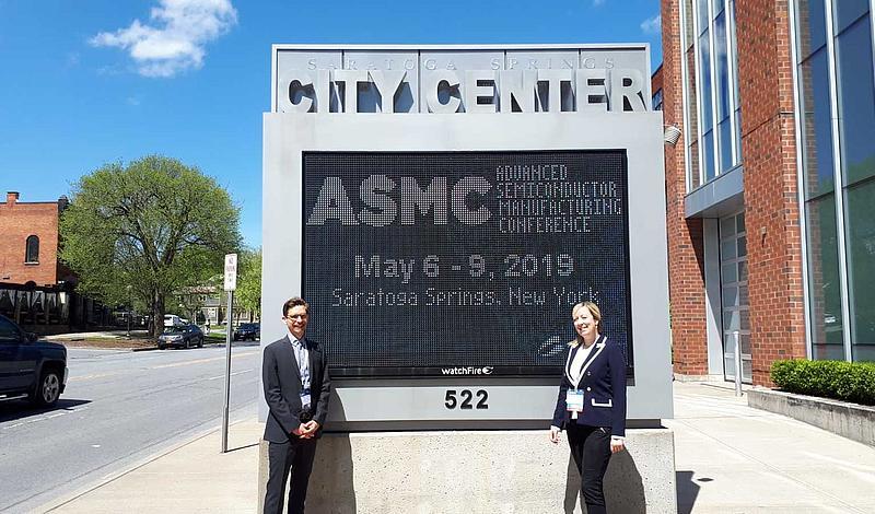 Fabian Lindner und Sophia Keil auf der ASMC in Saratoga Springs, USA zur Präsentation ihrer Forschungsergebnisse.
