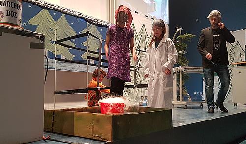 Die Kinder waren fleißige Unterstützer bei der Chemie-Schauvorlesung.