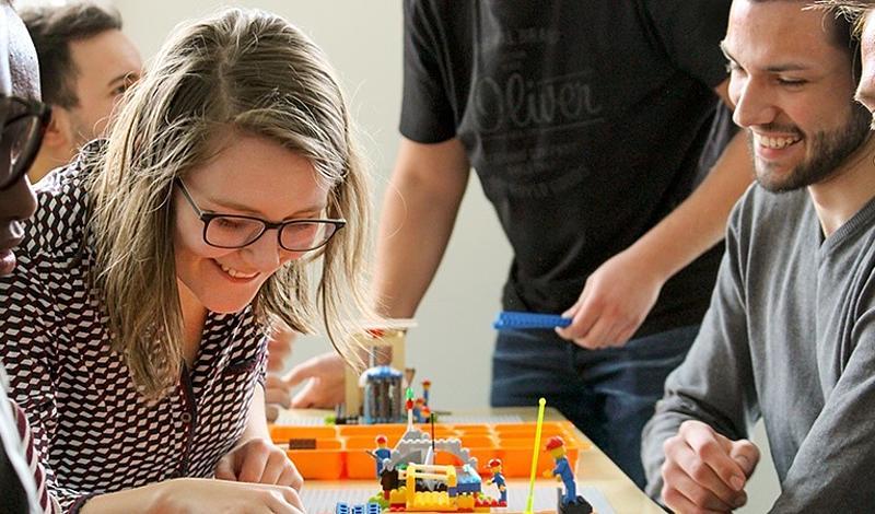 Studierende erläutern sich gegenseitig und anschaulich Methoden der Produktionsoptimierung