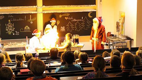 Kinder konnten die Chemie spielerisch im Rahmen von weihnachtlich verpackten Märchen an der HSZG kennenlernen