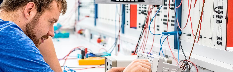 Bachelor-Elektrotechnik-berufsbegleitend, Studierender vor Schalttafel