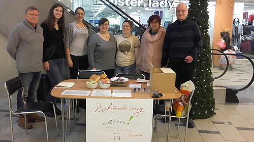 Behinderung erleben - Studierende beteiligten sich an dieser Aktion im Rahmen des Studium fundamentale
