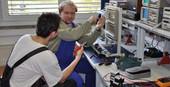 führen Sicherheitsüberprüfungen von elektrischen Geräten durch